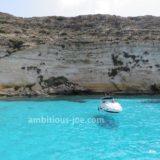 ランペドゥーザ島で「舟が浮いて見える」絶景を見る現地ボートツアー