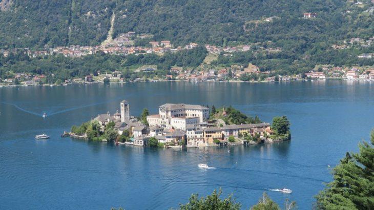 湖水地方一きれいな水をたたえるイタリア・オルタ湖と湖畔の街並み