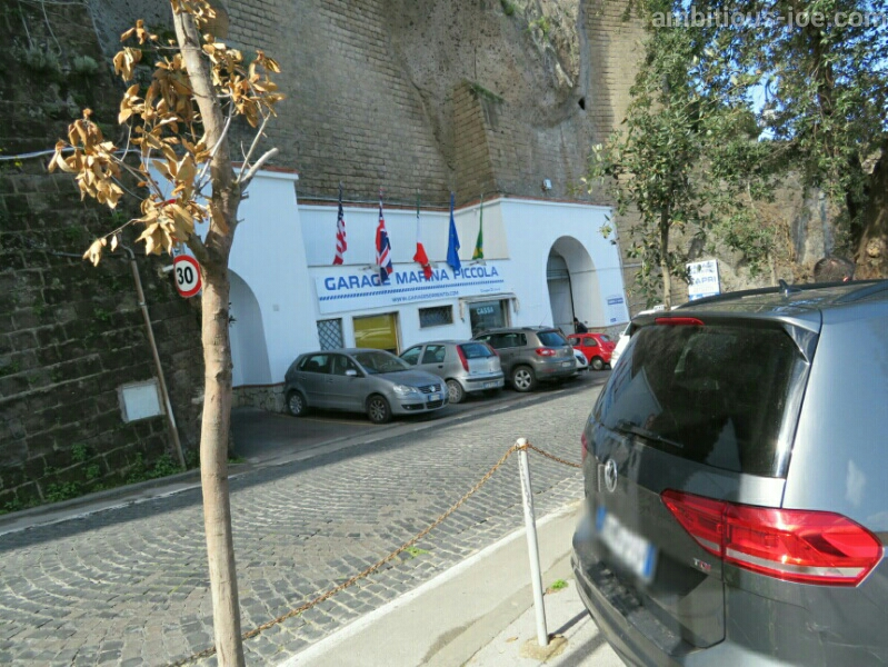 ソレント港前の私営駐車場
